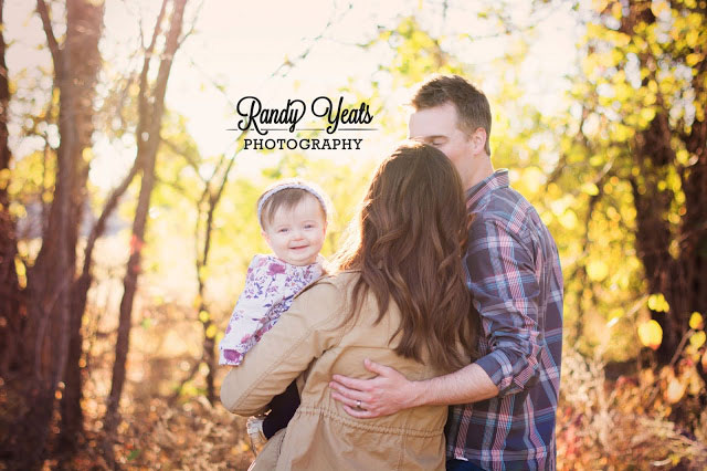 Randy Yeats Photography: December Minis, Mom, dad and child